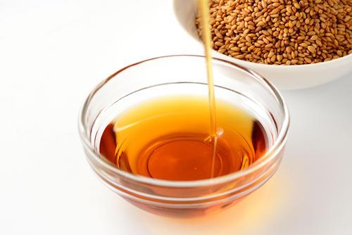ゴマ油の種類や特徴を解説。栄養やおすすめの食べ方も紹介