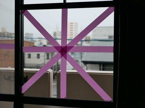 窓 の 養生 テープ の 貼り 方