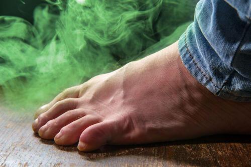 足の爪 臭い なぜ